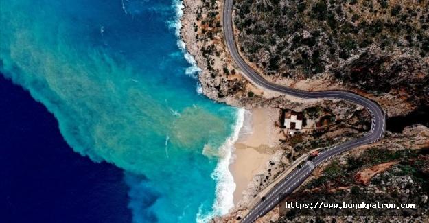 Kaputaş Plajı'nda yağışın etkisiyle denizin rengi turkuaza dönüştü